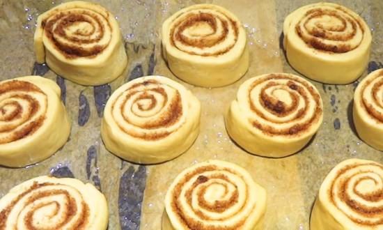 Булочки с корицей приготовленные в духовке, простые и вкусные рецепты на дрожжах