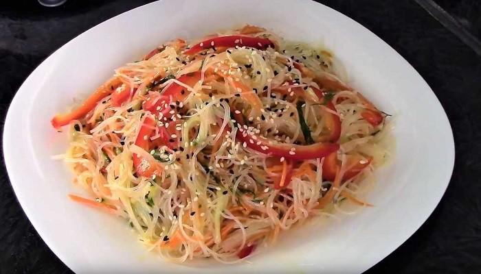 Салат с фунчозой и овощами с корейским соусом