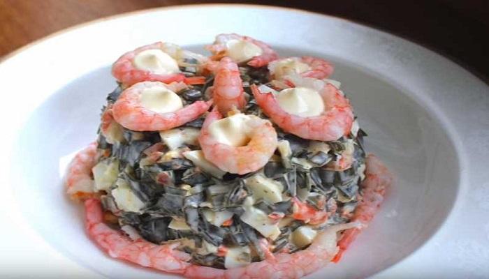 Салат из морской капусты с яйцом и креветками